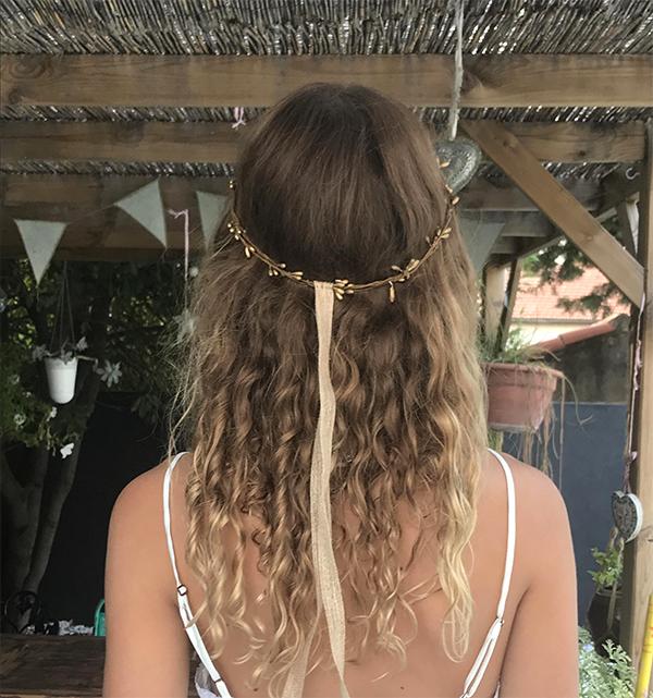 Le headband ROBINE BRONZE de la collection mariage Epouse-Moi possède à l'arrièreun lien décoratif en chanvre.