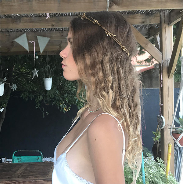 Le headband ROBINE de la collection Epouse-Moi peut se porter élégamment sous un voile.