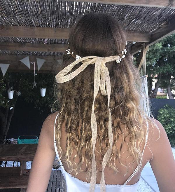 Le headband ROBINE BLANC de la collection mariage Epouse-Moi s'adapte sur toutes les têtes grâce à son lien de chanvre qui se coulisse .