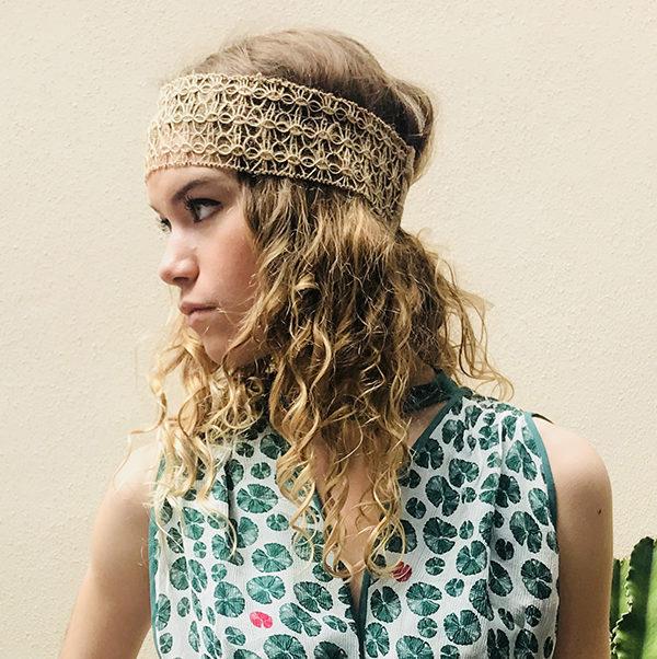 Le tressage du headband VEDRA Ida Degliame se distingue avec discrétion et intemporalité.