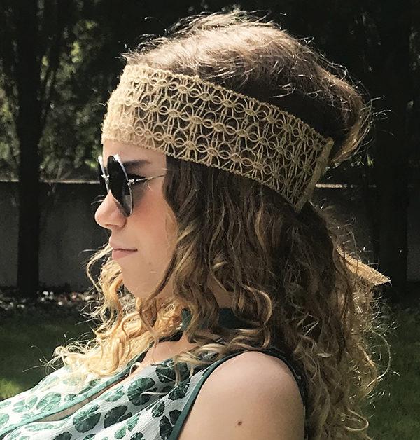 Simple et léger, le headband VEDRA Ida Degliame vous accompagnera tout l'été.