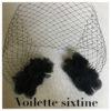 La VOILETTE SIXTINE noire de la collection mariage Epouse-Moi se compose d'un filet cage à oiseaux et de 4 fleurs de soie. Il s'attache grâce à ses 2 peignes.
