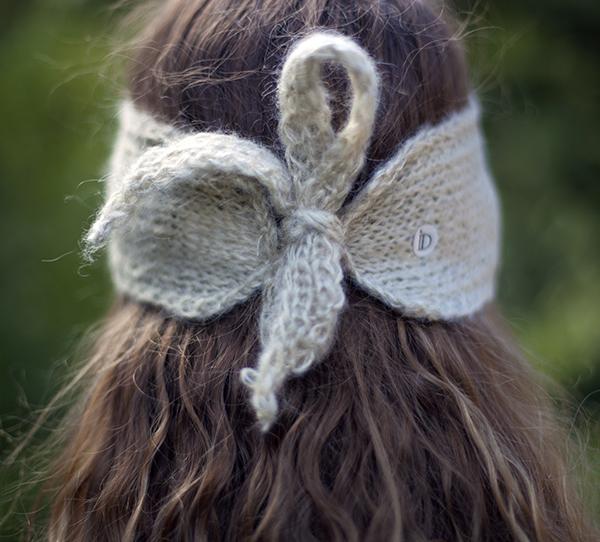 Le headband MON SYLVIE ficelle de la collection hiver Protège-Moise place sur le front et se noue avec ses deux cordons derrière la tête