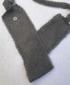 Le headband MON SYLVIE gris souris collection hiver Protège-Moi est fait main 100% mohair. Il est doux, chaud, agréable à porter pour une allure casual et chic.