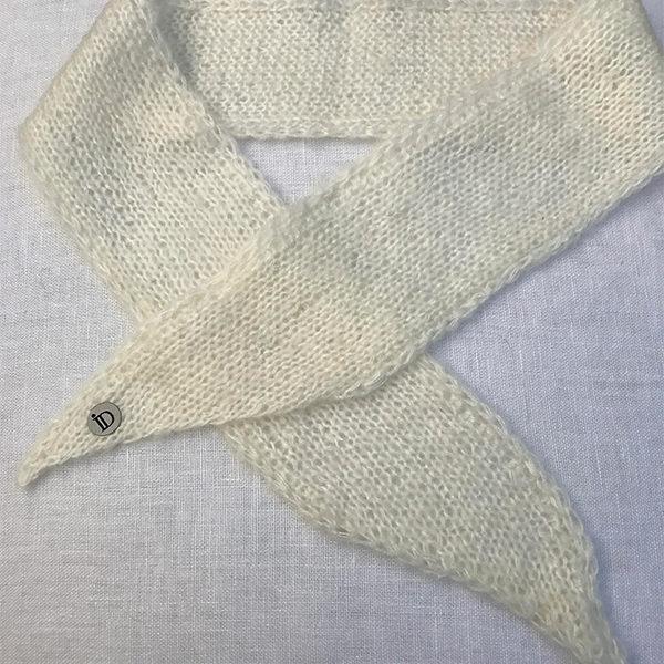 Le headband MON LOU lait collection hiver Protège-Moi est fait main 100% mohair. Il est doux, chaud et agréable à porter pour une allure rock et élégante.