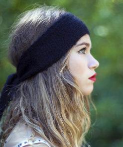 Le headband MON LOU noir de la collection hiver Protège-Moi est un modèle d'hiver, 100% mohair.