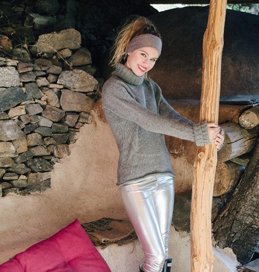 Le headband MON SYLVIE gris souris de la collection hiver Protège-Moi tout comme un bonnet de laine, vous protègera du froid.