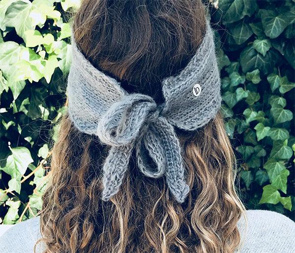 Le headband MON SYLVIE gris souris de la collection hiver Protège-Moi se place sur le front et se noue avec ses deux cordons derrière la tête.