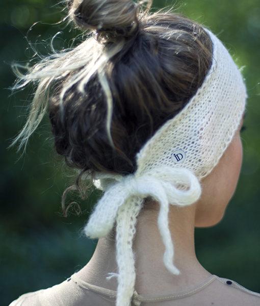 Le headband MON SYLVIE lait de la collection hiver Protège-Moi se place sur le front et se noue avec ses deux cordons derrière la tête.