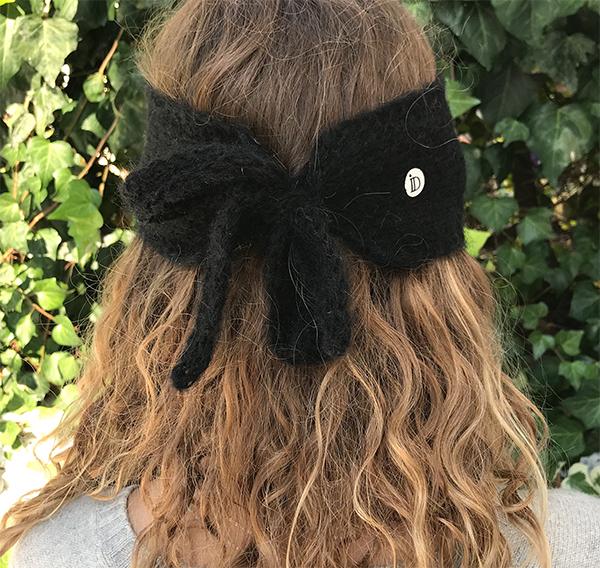 Le headband MON SYLVIE noir de la collection hiver Protège-Moi se place sur le front et se noue avec ses deux cordons derrière la tête.
