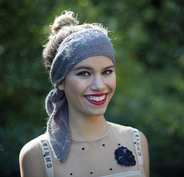 Le headband MON LOU gris souris de la collection hiver Protège-Moi est un modèle d'hiver, 100% mohair.