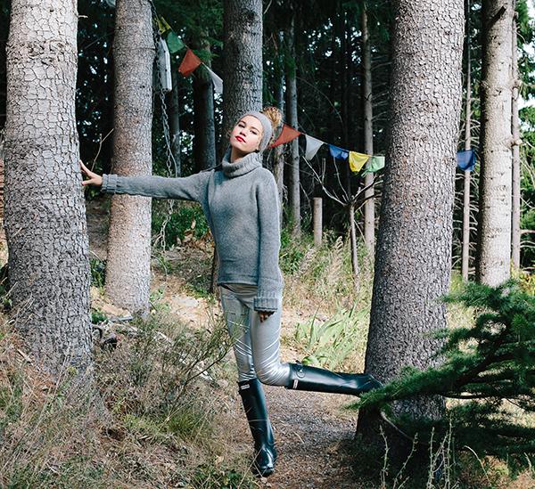 Le headband MON LOU gris souris de la collection hiver Protège-Moi, tout comme un bonnet de laine, vous protègera du froid.