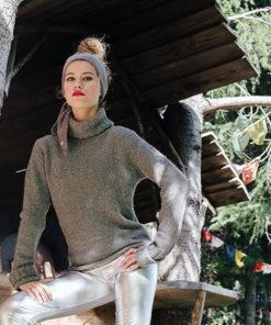 Le headband MON LOU gris souris de la collection hiver Protège-Moi, vous donnera une allure rock, iconique, affirmé et élégante.