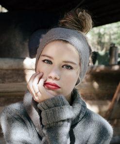 Le headband MON LOU gris souris de la collection hiver Protège-Moi est doux, chaud et agréable à porter.