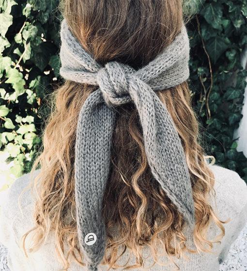 Le headband MON LOU gris souris de la collection hiver Protège-Moise place sur le front et se noue derrière la tête.