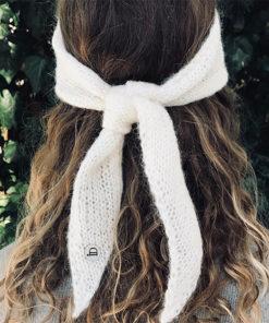 Le headband MON LOU lait de la collection hiver Protège-Moise place sur le front et se noue derrière la tête.