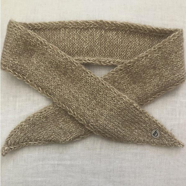 Le headband MON JOHNNY beige & or, collection hiver Protège-Moi est doux, chaud, fabriqué à la main en laine et fil lurex pour une allure rock et casual.