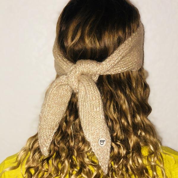 Le headband MON JOHNNY beige & or de la collection hiver Protège-Moi se place sur le front et se noue derrière la tête.
