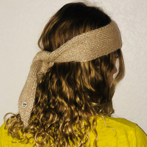 Le headband MON JOHNNY beige & or de la collection hiver Protège-Moiest fabriqué à la main en taille unique.
