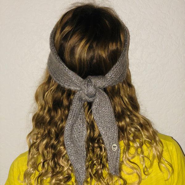 Le headband Mon Johnny gris & argent de la collection hiver Protège-Moi se place sur le front et se noue derrière la tête.
