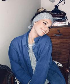 Le headband MON JOHNNY gris & argent de la collection hiver Protège-Moi est un modèle doux et chaud.
