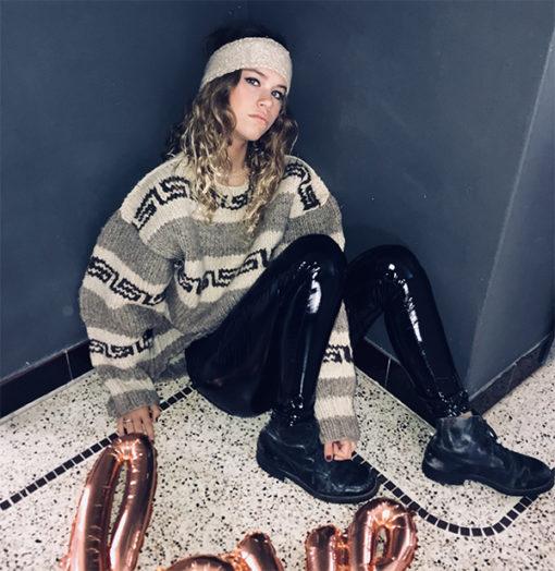 Le headband MON JOHNNY beige & or de la collection hiver Protège-Moi IDA DEGLIAME vous donnera une allure pudique, rock, casual et intemporel