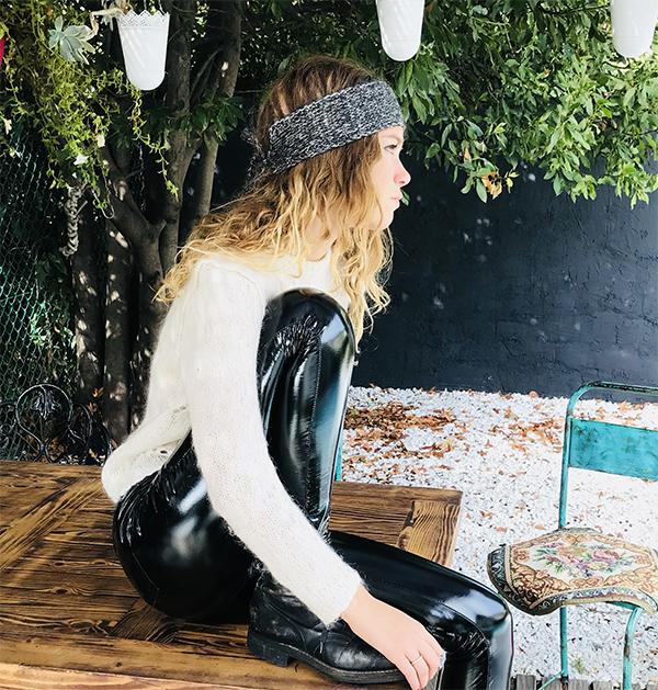 Le headband MON PETIT LUREX gris anthracite & argent de la collection hiver Protège-Moi est un modèle doux et chaud.