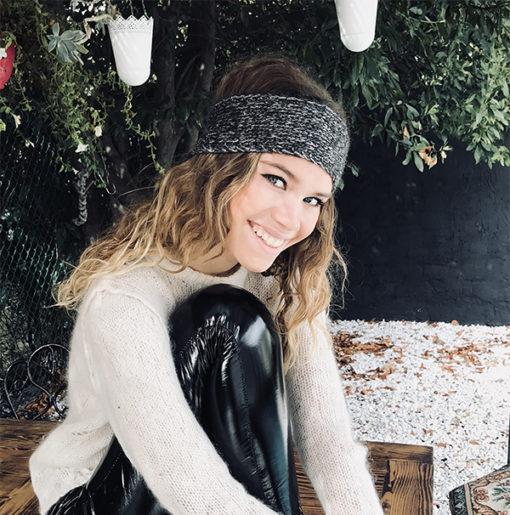 Le headband MON JOHNNY gris anthracite & argent de la collection hiver Protège-Moi IDA DEGLIAME est un modèle lumineux, léger et agréable à porter.