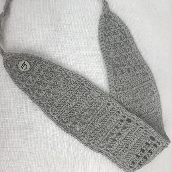 Le headband KATE gris Ida Degliame est un bandeau, en crochet, fait main
