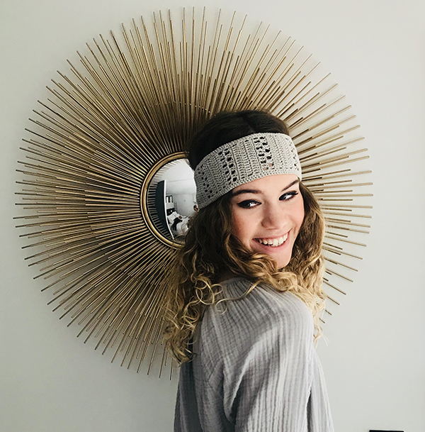 Comme une ode à la Provence, vous porterez avec simplicité et authenticité le headband Kate gris Ida Degliame
