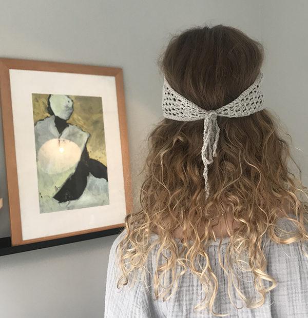 Le headband KATE gris Ida Degliame est fait main et s'attache derrière la tête avec son cordon