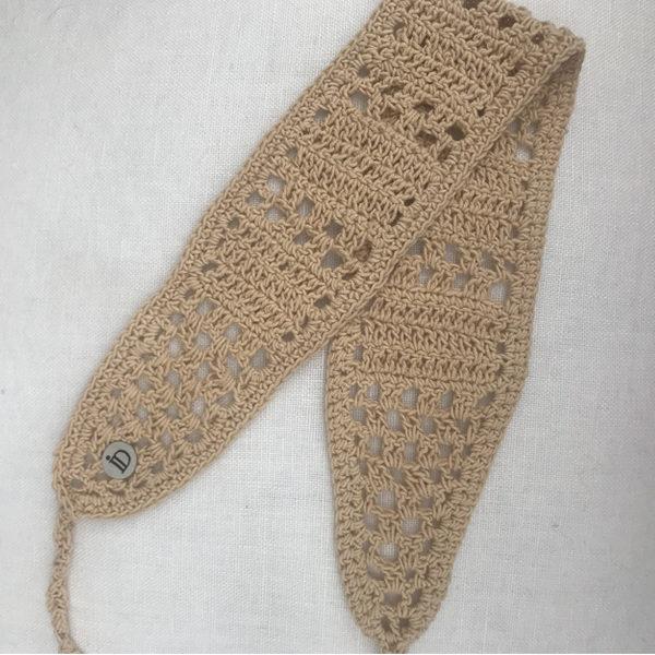 Le headband KATE sable Ida Degliame est un bandeau, en crochet, fait main
