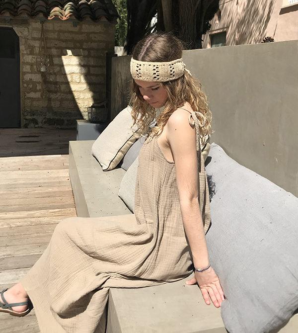 Comme une ode à la Provence, vous porterez avec simplicité et authenticité le headband KATE sable Ida Degliame en toute occasion