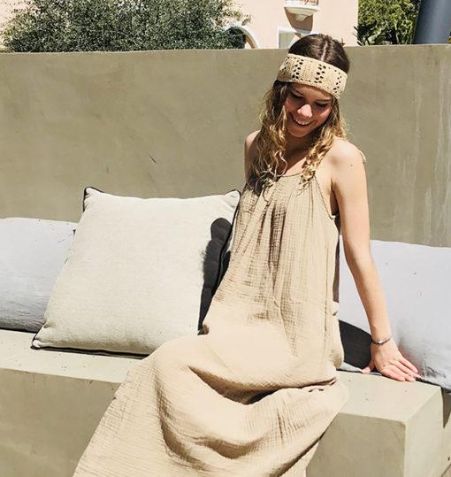 Le headband KATE sable Ida Degliame vous accompagnera tout l'été avec légèreté, fraîcheur et bonne humeur.