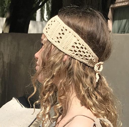 Le headband KATE sable Ida Degliame est fait main et s'attache derrière la tête avec son cordon
