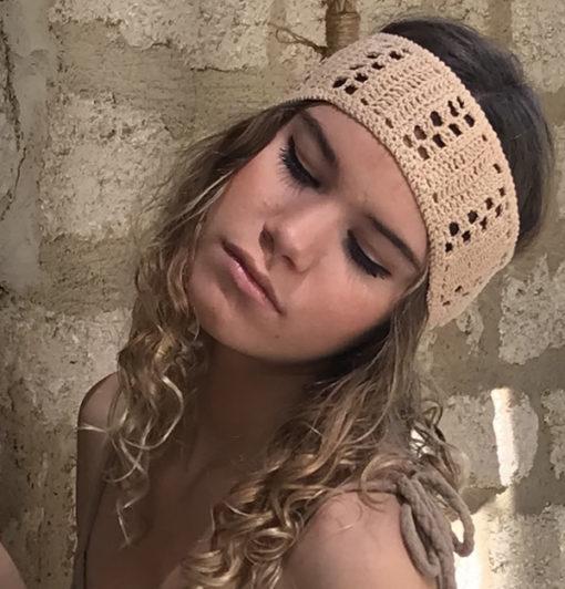 Le headband KATE sable Ida Degliame est un bandeau en crochet 100% coton