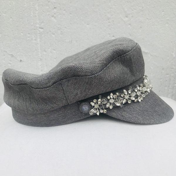 La Casquette de Sète Ida Degliame est un modèle en coton gris et bijou, so chic avec son bijou intégré.