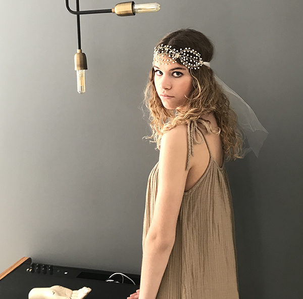 Le headband AURORE illuminera votre tenue pour un mariage ou une cérémonie