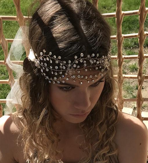 Le headband AURORE se compose d'une structure dorée avec des strass.