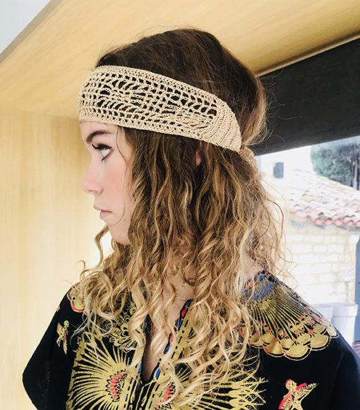 Le headband BOWIE Ida Degliame est fait main, en coton et soie, pour un look bohème chic parfait en vacances