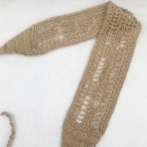 Le headband BOWIE Ida Degliame est un bandeau de crochet, fait main, qui rend hommage au soleil avec sa couleur chaude, un bronze intense.
