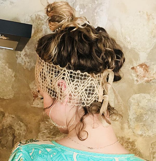 Le headband FORMENTERA Ida Degliame convient à toutes les têtes grâce à son lien coulissant.