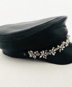 La Casquette des Saintes Ida Degliame est un modèle en cuir noir souple et résistant avec un bijou en strass pour une allure rock, chic, féminine et féministe.