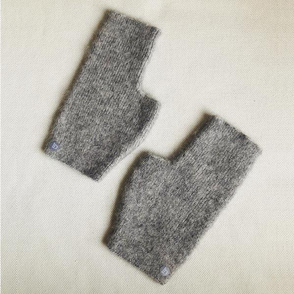 La mini mitaines JANE IDA DEGLIAME et son cachemire de vison gris clair enveloppera vos mains de chaleur