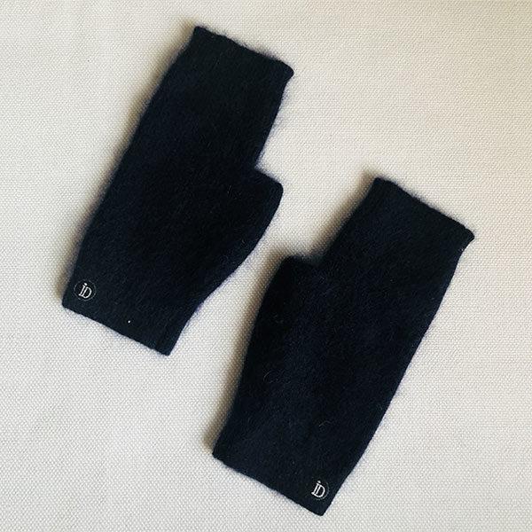 La mini mitaines JANE IDA DEGLIAME viendra vous réchauffer avec classe. Sa couleur noir se mariera avec toutes vos tenues