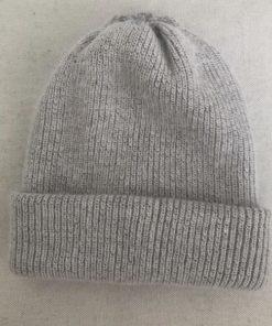 Le bonnet LILY gris clair IDA DEGLIAME peut se porter avec ou sans bijou pour plus de sobriété