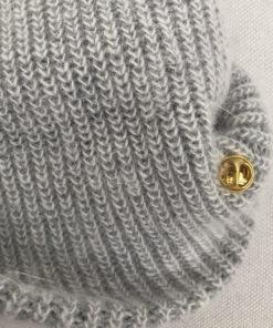 Le bijou amovible du bonnet LILY gris clair IDA DEGLIAME est réglable est facile à placer, à mettre ou à enlever.