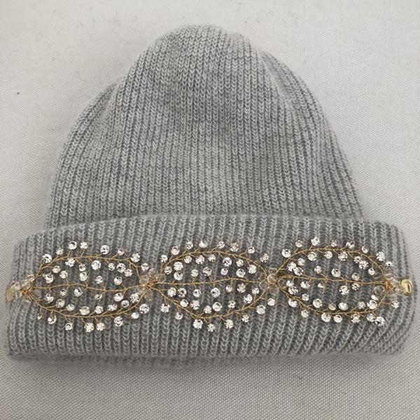 Le bonnet LILY IDA DEGLIAME est un modèle en laine, cachemire et angora avec un bijou amovible grâce à deux pins pour un look rock et glamour cet hiver