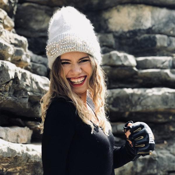 Le bonnet LILY gris clair IDA DEGLIAME illuminera voir teint grâce à la clarté des strass.