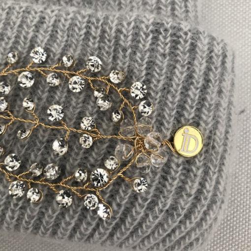 Le bonnet LILY gris clair IDA DEGLIAME peut s'agrémenter d'un bijou amovible grâce à deux pins.